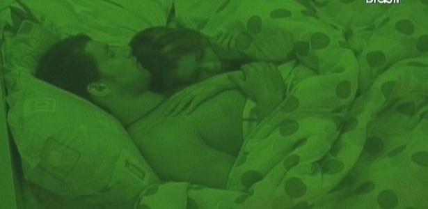 Casal Cacau e Eliéser dorme abraçado (11/2/10)
