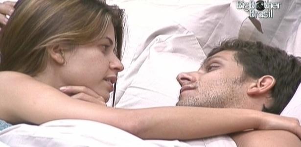 Cacau e Eli namoram e conversam no quarto do líder (12/2/10)
