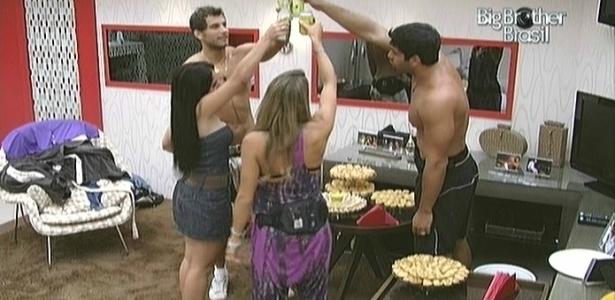 Eliéser e seus convidados brindam pelo aniversário do irmão de Maroca (15/2/10)