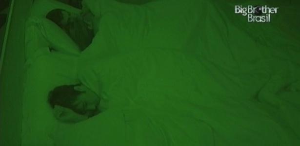 Casal dorme abraçado no quarto do líder (17/2/10)