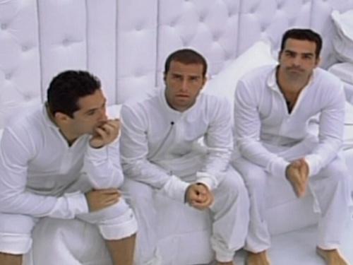 Newton (à esq), Léo e Ralf ouvem as explicações de Bial sobre o confinamento no Quarto Branco, durante o BBB 9 (01/2/09)