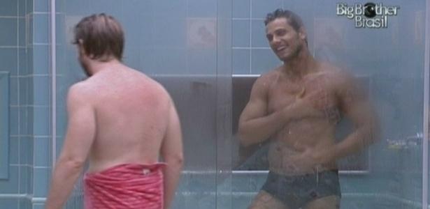 Michel e Eliéser tomam banho após a sessão de academia (20/2/10)