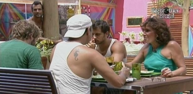 Dourado observa o almoço com a presença de Totia Meirelles (21/2/10)