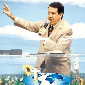 O bispo R.R. Soares, líder da Igreja Internacional da Graça de Deus, durante culto (2004)
