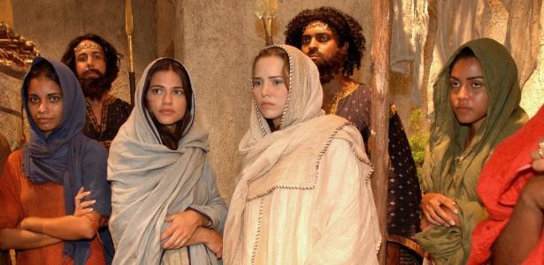"""Cena de """"A História de Ester"""": Ao centro, Gabriela Durlo (Ester) e Letícia Colin (Ana)"""