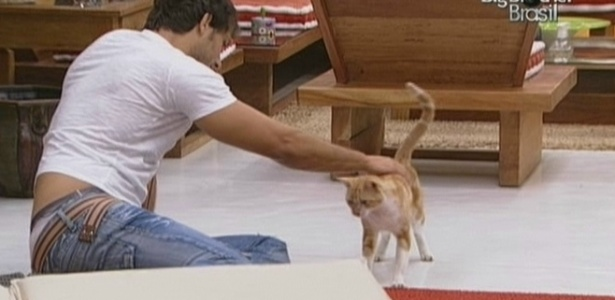 Eliéser acaricia gato invasor do BBB (2/3/10)