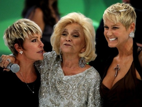 Ana Maria Braga (à esq.) e Xuxa (à dir.) prestigiam a gravação do programa especial que marca a volta de Hebe à TV (8/3/2010)