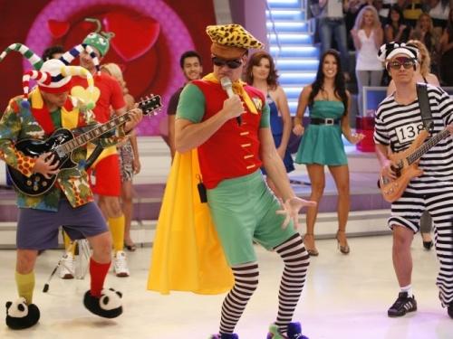 Rodrigo Faro se fantasia de Robin para imitar o vocalista Dinho, do Mamonas Assassinas, no quadro