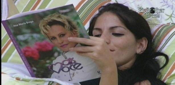 Anamara lê o livro que Ana Maria Braga deixou na casa (14/3/10)