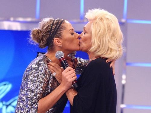 Adriane Galisteu dá selinho em Hebe Camargo (15/3/10)
