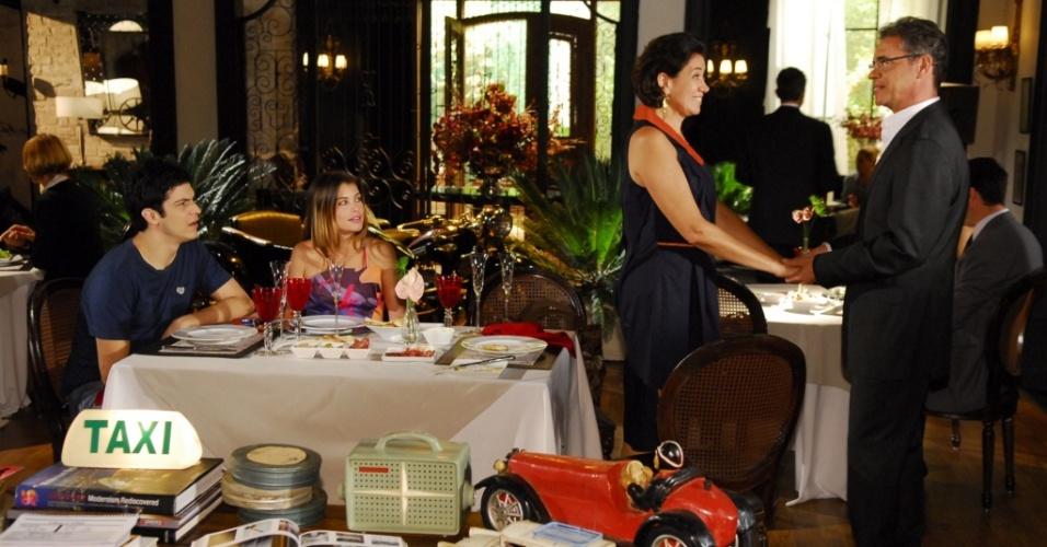 Tereza (Lilia Cabral) Luciana (Alinne Moraes) e Miguel (Mateus Solano) encontram ex-namorado de Tereza, Jean Marie (Jean-Pierre Noher) (18/03)