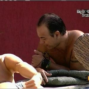 Dicesar e Fernanda estão na piscina tomando sol após o almoço (24/3/10)