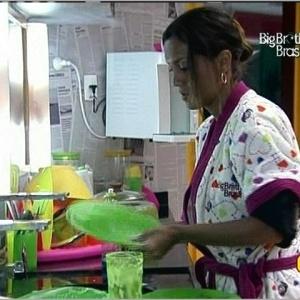 Lia lava louça e Cadu limpa a mesa depois do almoço (24/3/10)