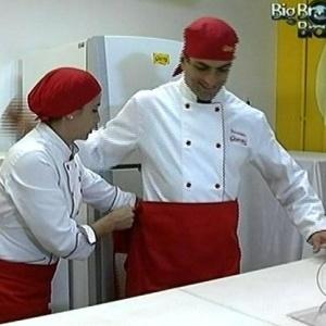 Dourado fabrica um ovo de páscoa durante visita à fábrica de chocolate (24/3/10)