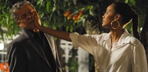 Helena (Taís Araújo) dá um tapa na cara de Marcos (José Mayer), em