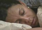 Lia acorda, vaga pela casa e vai deitar no quarto tattoo