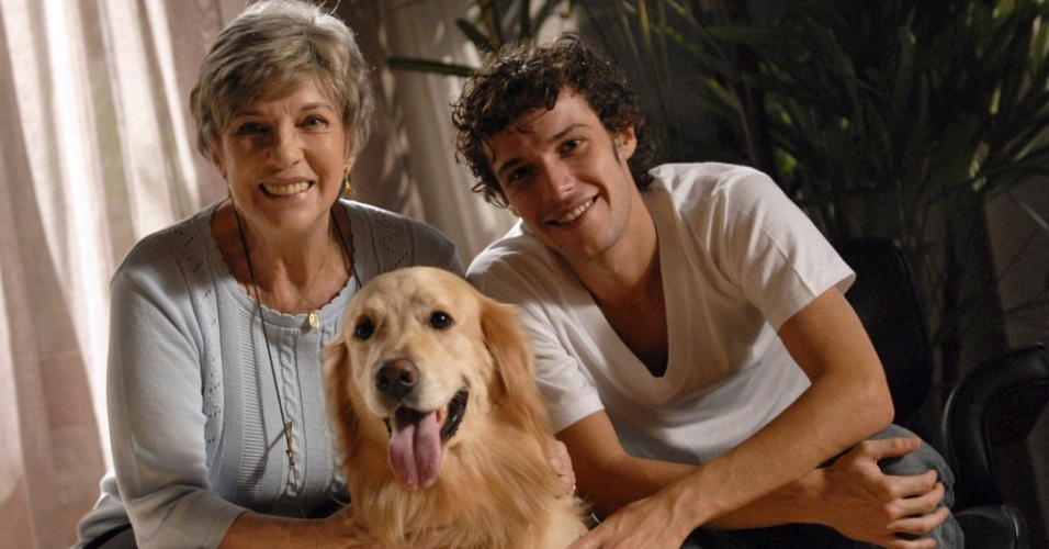 """Em """"Escrito nas Estrelas"""", Pepe é o cachorro de Daniel (Jayme Matarazzo). Ao lado dele a governanta Toninha (Suzana Faini)"""