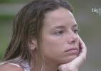 De estômago vazio, Fernanda vai tomar banho e fica pensativa no jardim