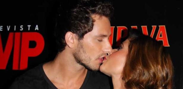 Cacau e Elieser trocam beijos e carinhos no lançamento da VIP de abril com a morena na capa (29/03/2010)