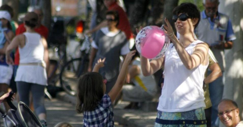 Maria Paula brinca com os filhos na orla do Leblon (16/5/2010)