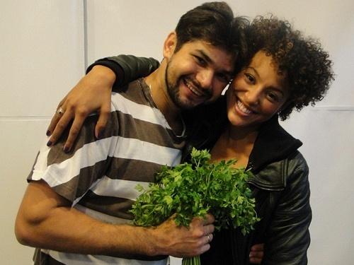 Sheron Menezes entrega uma espécie de buquê de salsa para Marcelo Grangeiro