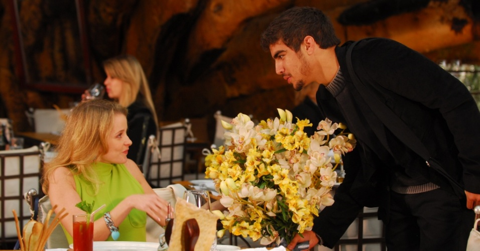 Maria Helena Chira e Caio Castro em cena da novela