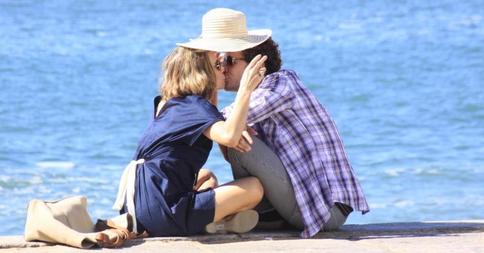 Maitê Proença e Daniel de Oliveira gravam cenas românticas de