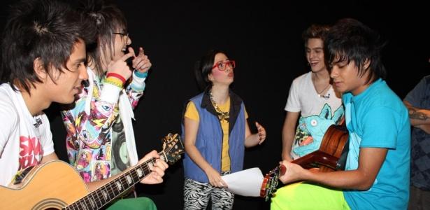 Banda Restart e Fernandona (Tatá Werneck) (centro) durante gravação do