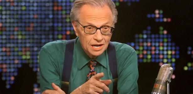 """O apresentador Larry King no cenário do programa """"Larry King Live"""" na CNN (17/3/2005)"""