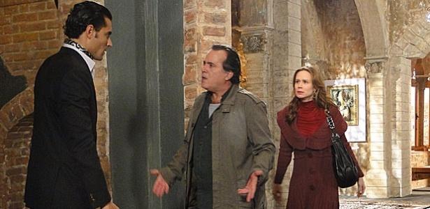 Carlos Porto, Tony Ramos e Mariana Ximenes em cena de