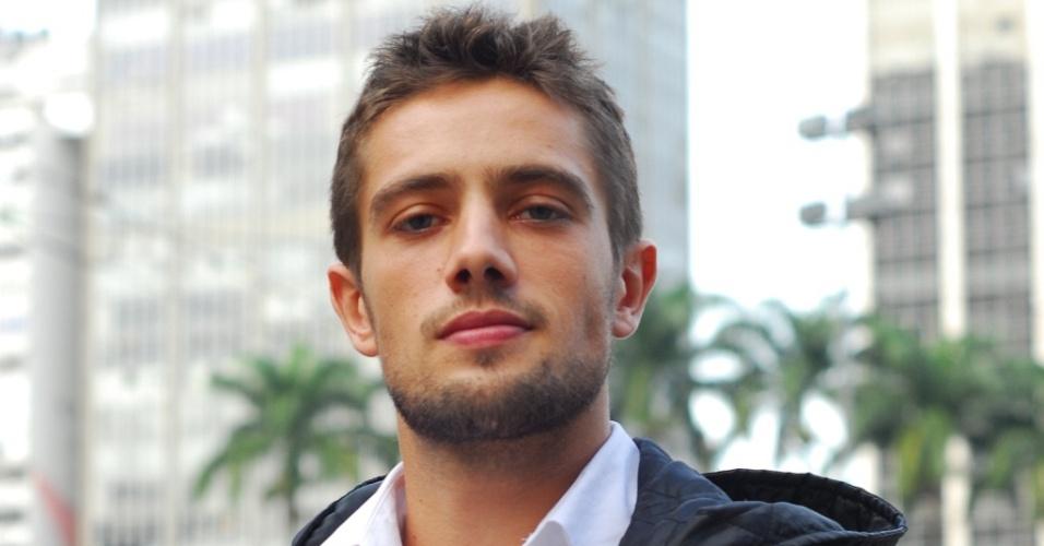 Raphael Cardoso durante intervalo de gravação de