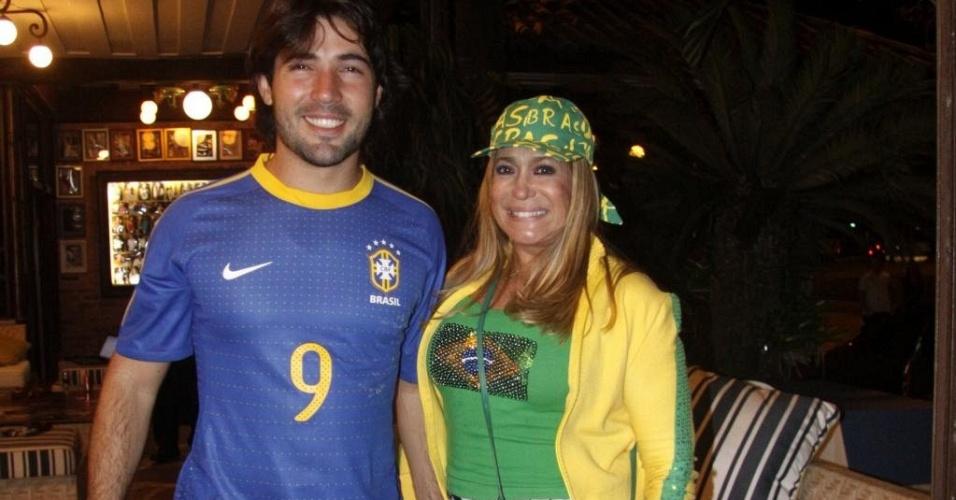 Sandro Pedroso e Susana Vieira assistem ao jogo Brasil x Chile em um churrascaria carioca (28/6/10)