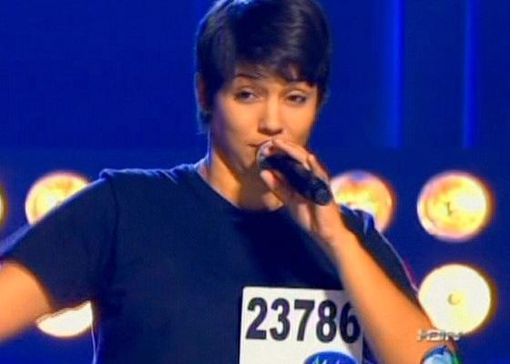 Cantando a música Todo amor que houver nesta vida, de Cazuza, Nise Palhares é aplaudida de pé pelos jurados