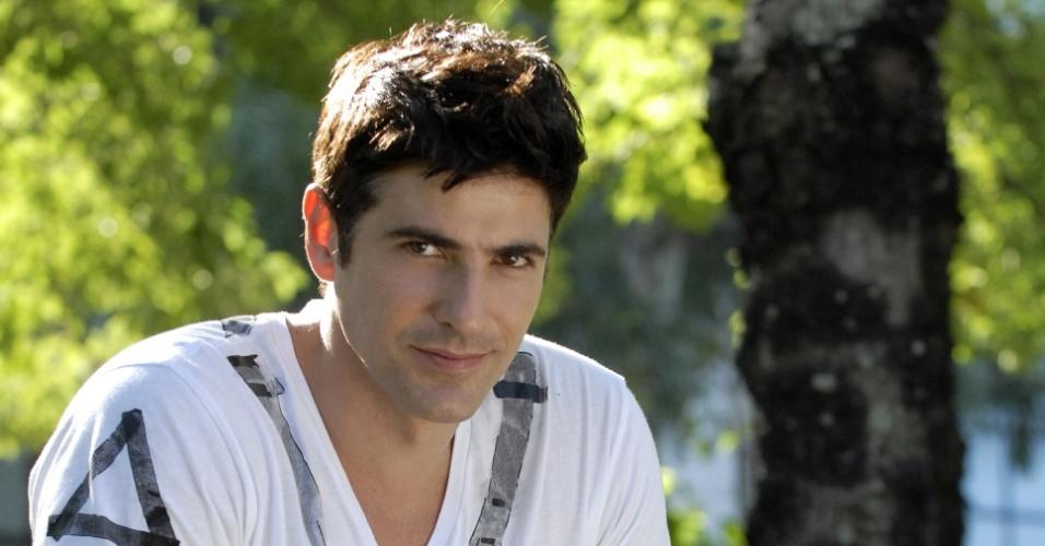 O ator Reynaldo Gianecchini completa 10 anos de carreira e rebate críticas a seu personagem em