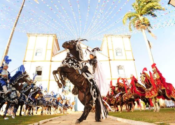 Solano (Murilo Rosa) monta em seu cavalo ao participar da cavalhada. Na ocasião, Solano recebe a visita de seu pai Fernando (Edson Celulari) e mulher dele Estela (Cléo Pires)