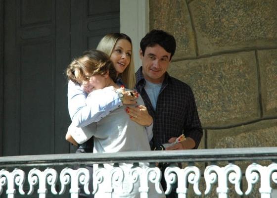 Diana (Letícia Medina) festeja ao ver Arminda (Bianca Rinaldi) e Joca (Caio Junqueira) no educandário (11/8/10)