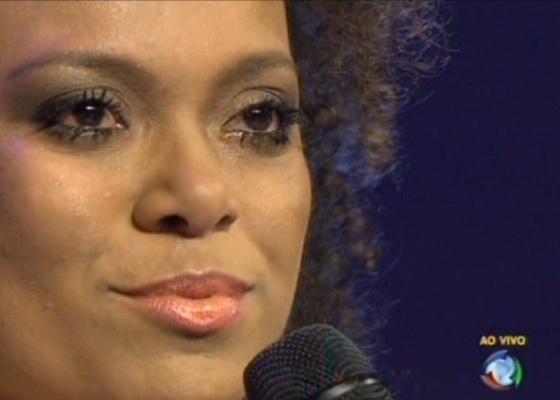 Agnes deixa o programa Ídolos bastante emocionada; agora, apenas oito finalistas seguem na disputa