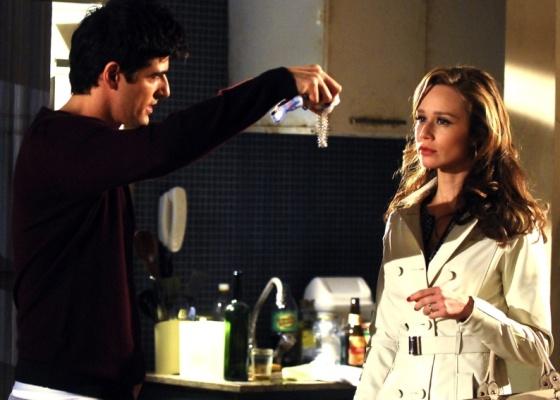 Fred (Reynaldo Gianecchini) ameaça Clara (Mariana Ximenes) em cena de Passione