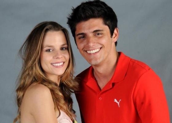 Os protagonistas de Malhação, Daniela Carvalho e Bruno Gissoni, posam para foto em coletiva de imprensa, no Rio (11/8/10)