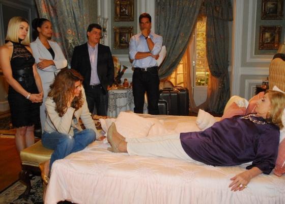 Todos observam Madame Durrel em cena de Ribeirão do Tempo (17/8/10)