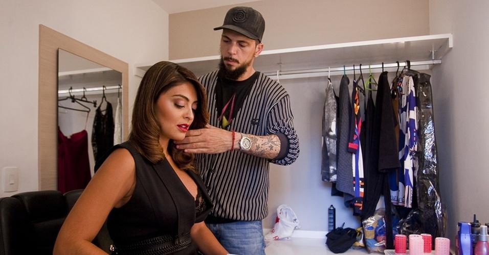 Juliana Paes é penteada por Ricardo dos Anjos no camarim do reality show