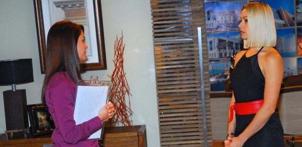 Arminda (Bianca Rinaldi) recebe a visita de uma assistente social para falar sobre a guarda de Diana (Letícia Medina) em Ribeirão do Tempo (24/8/10)