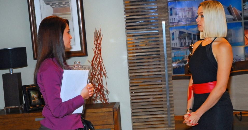 Arminda (Bianca Rinaldi) recebe a visita de uma assistente social para falar sobre a guarda de Diana (Letícia Medina) em