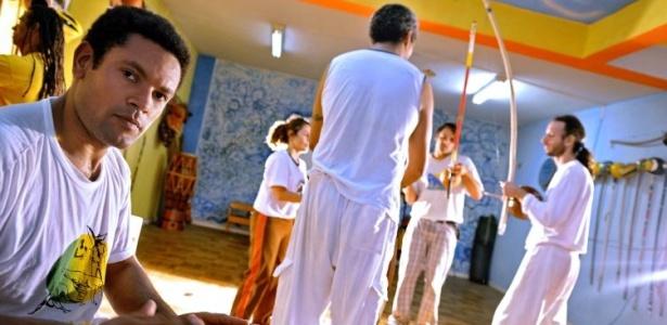 O primeiro contato do ator Rodrigo dos Santos com essa mistura de dança, luta e cultura aconteceu em 1995