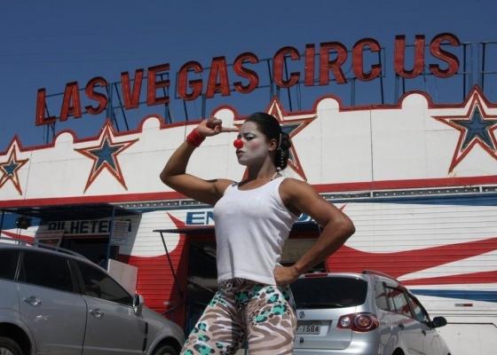 Vestida como uma palhacinha, Adriana Bombom posa em frente ao Circo Las Vegas (27/8/10)
