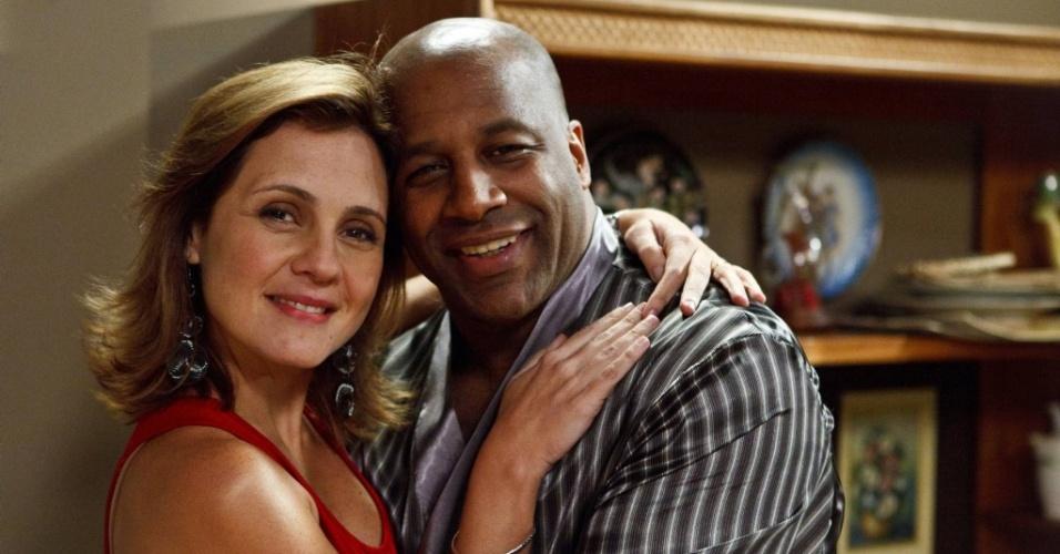Adriana Esteves e Ailton Graça, que contracenam na série