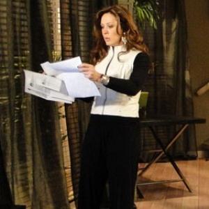 Jaqueline (Claudia Raia) mexe nos documentos de Breno (Tato Gabus Mendes) em