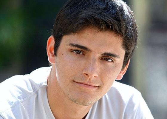 Bruno Gissoni tem 23 anos subiu pela primeira vez nos palcos há dois anos, quando participou de uma montagem da peça Capitães da Areia, com direção de Bia Oliveira