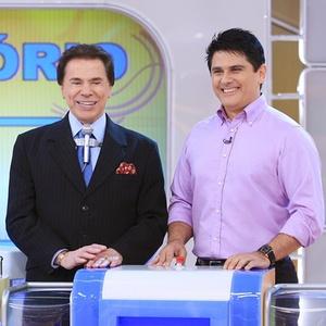 """Silvio Santos ao lado do apresentador do """"SBT Repórter"""", César Filho (23/8/2010)"""
