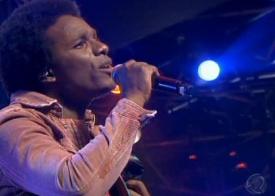 Tom Black canta A Lua e Eu, de Cassiano, e é considerado pelos jurados como o melhor da noite (14/9/10)